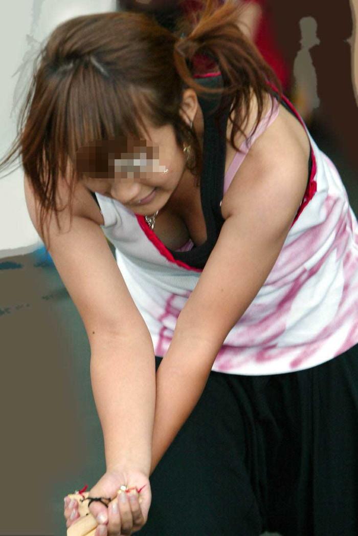 【胸チラエロ画像】素人娘たちのゆるんだ胸元を狙い撃ちした結果www 23