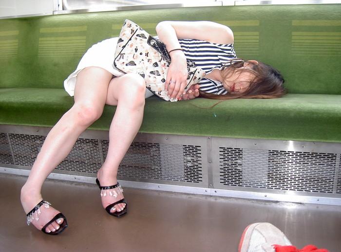 【電車内盗撮エロ画像】油断した女の子を電車内で盗撮しまくった結果www 01