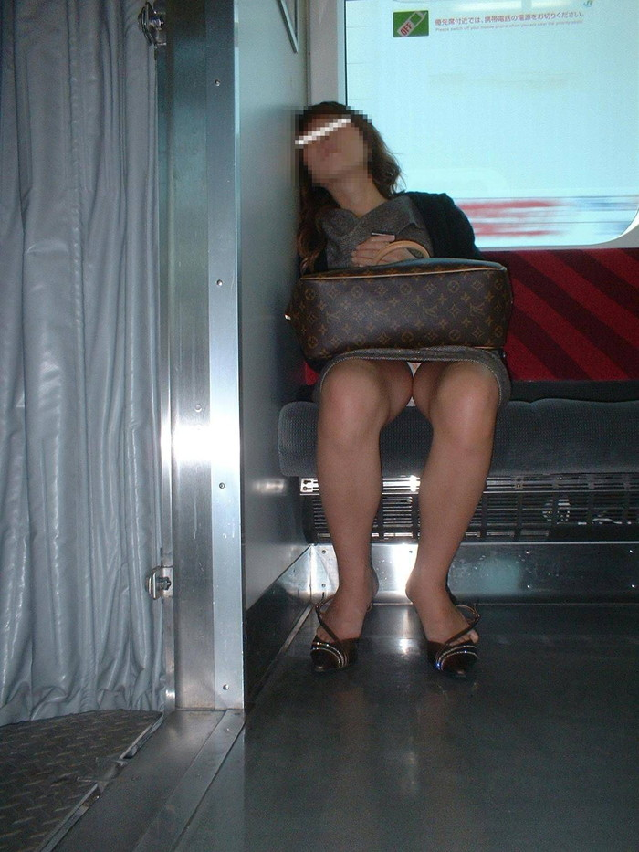 【電車内盗撮エロ画像】油断した女の子を電車内で盗撮しまくった結果www 03