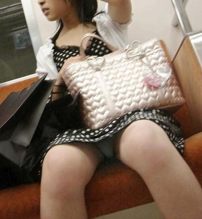 【電車内盗撮エロ画像】油断した女の子を電車内で盗撮しまくった結果www 04