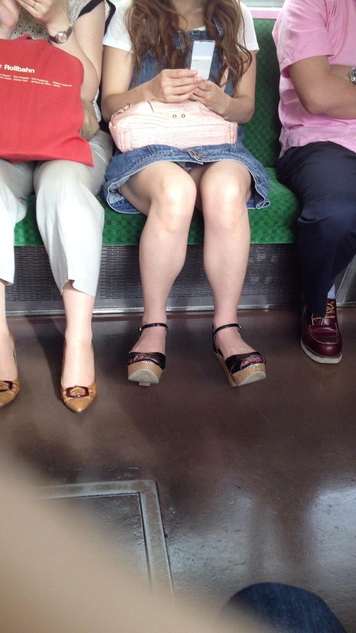 【電車内盗撮エロ画像】油断した女の子を電車内で盗撮しまくった結果www 08