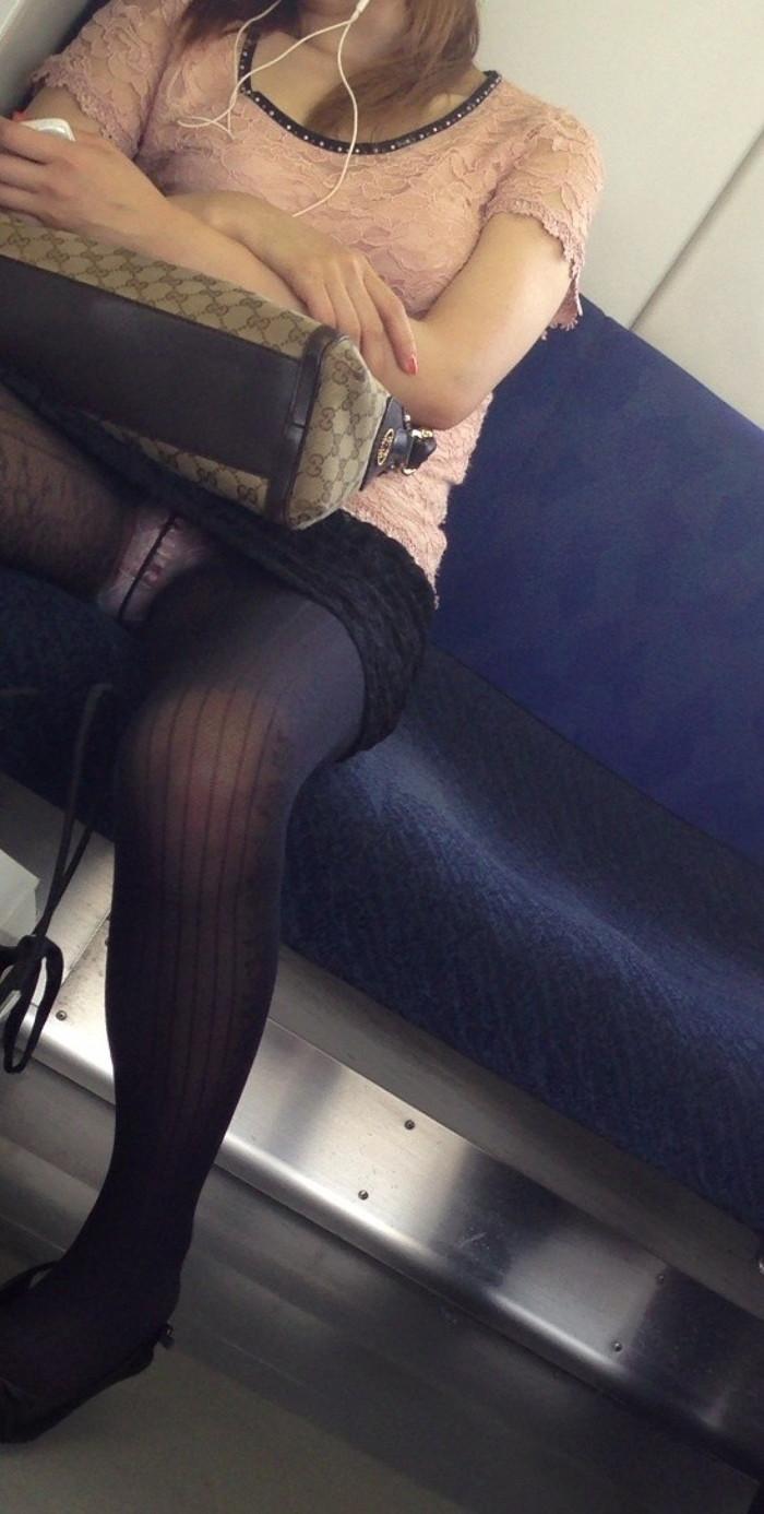 【電車内盗撮エロ画像】油断した女の子を電車内で盗撮しまくった結果www 13