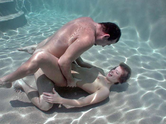 【水中セックスエロ画像】水中で合体している!?こんな状況下でもセックスしちゃうやつwww