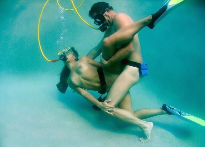 【水中セックスエロ画像】水中で合体している!?こんな状況下でもセックスしちゃうやつwww 05
