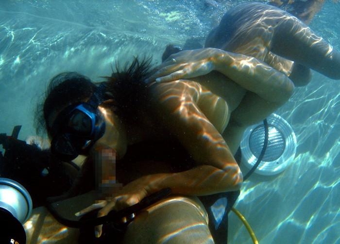 【水中セックスエロ画像】水中で合体している!?こんな状況下でもセックスしちゃうやつwww 07