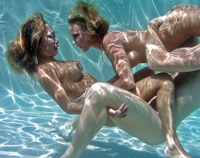 【水中セックスエロ画像】水中で合体している!?こんな状況下でもセックスしちゃうやつwww 13