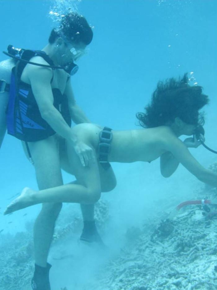 【水中セックスエロ画像】水中で合体している!?こんな状況下でもセックスしちゃうやつwww 20