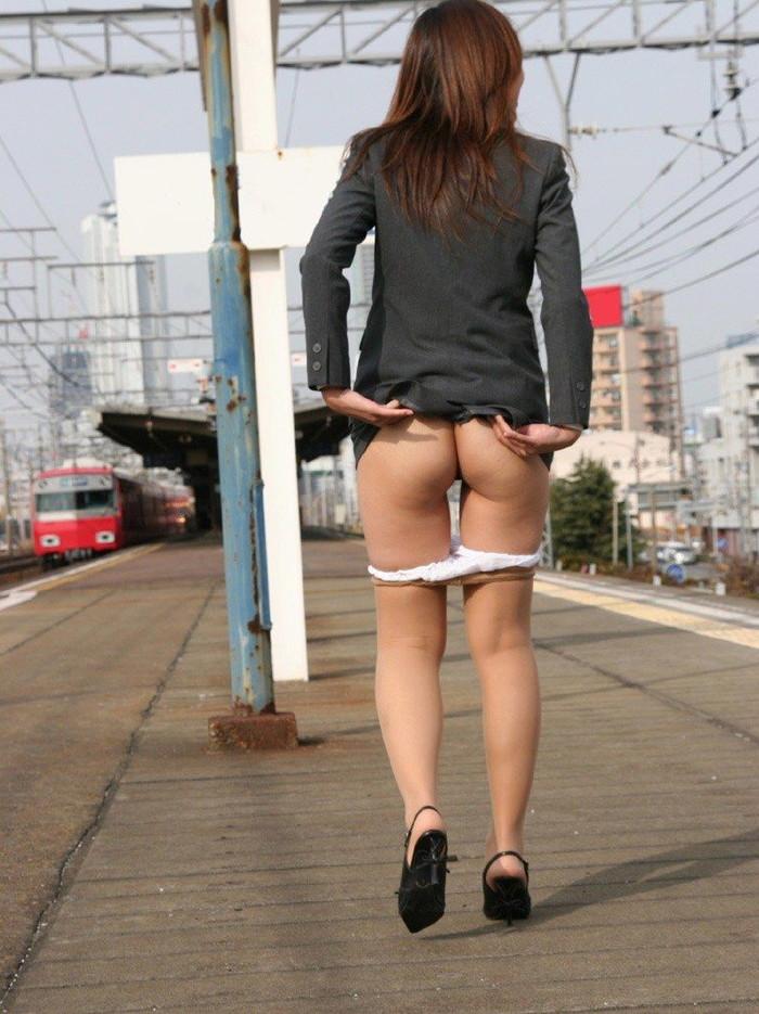 【野外露出エロ画像】素人娘たちの大胆野外露出!今年もすごいぞ素人娘! 16