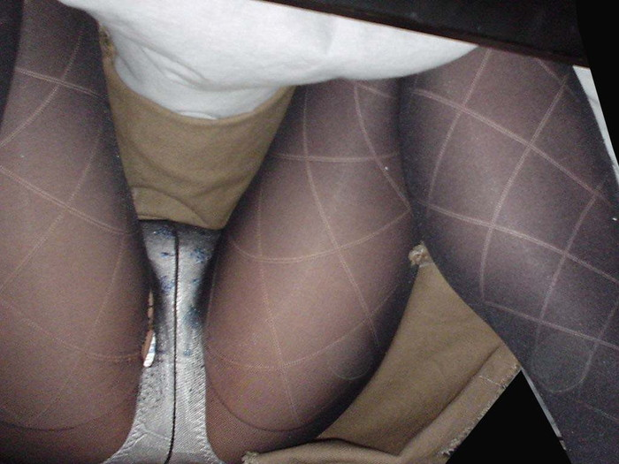 【コタツ内盗撮エロ画像】寒い季節だからこそのパンチラスポット知ってるか? 20