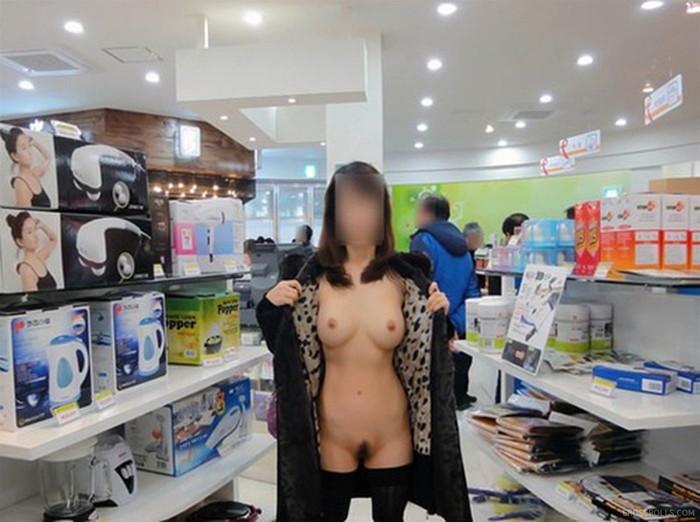【店内露出エロ画像】客のいる店内で大胆に露出する素人娘エロ杉!www 07