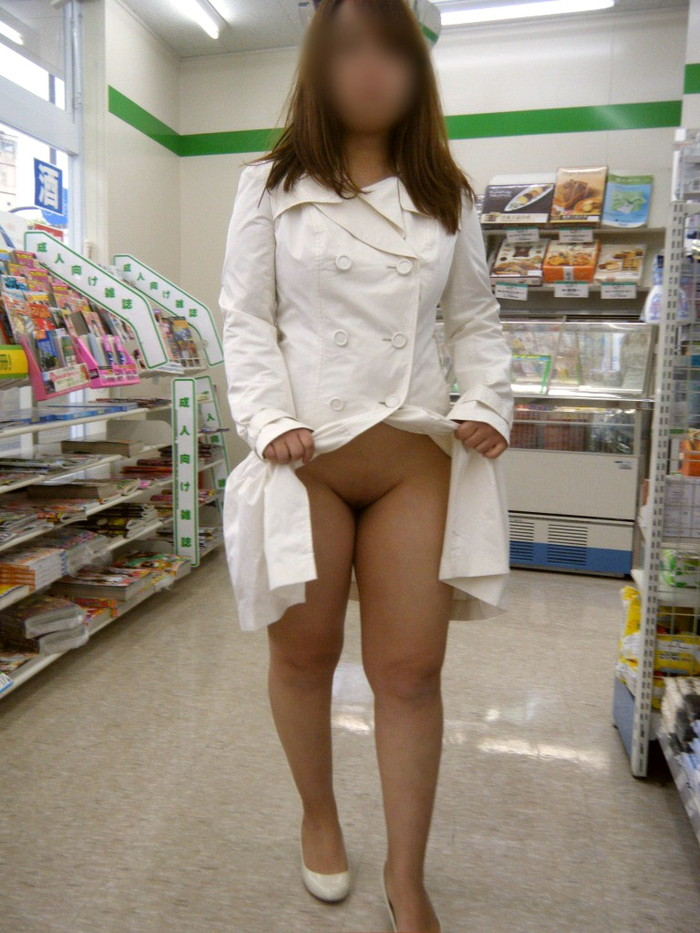 【店内露出エロ画像】客のいる店内で大胆に露出する素人娘エロ杉!www 17