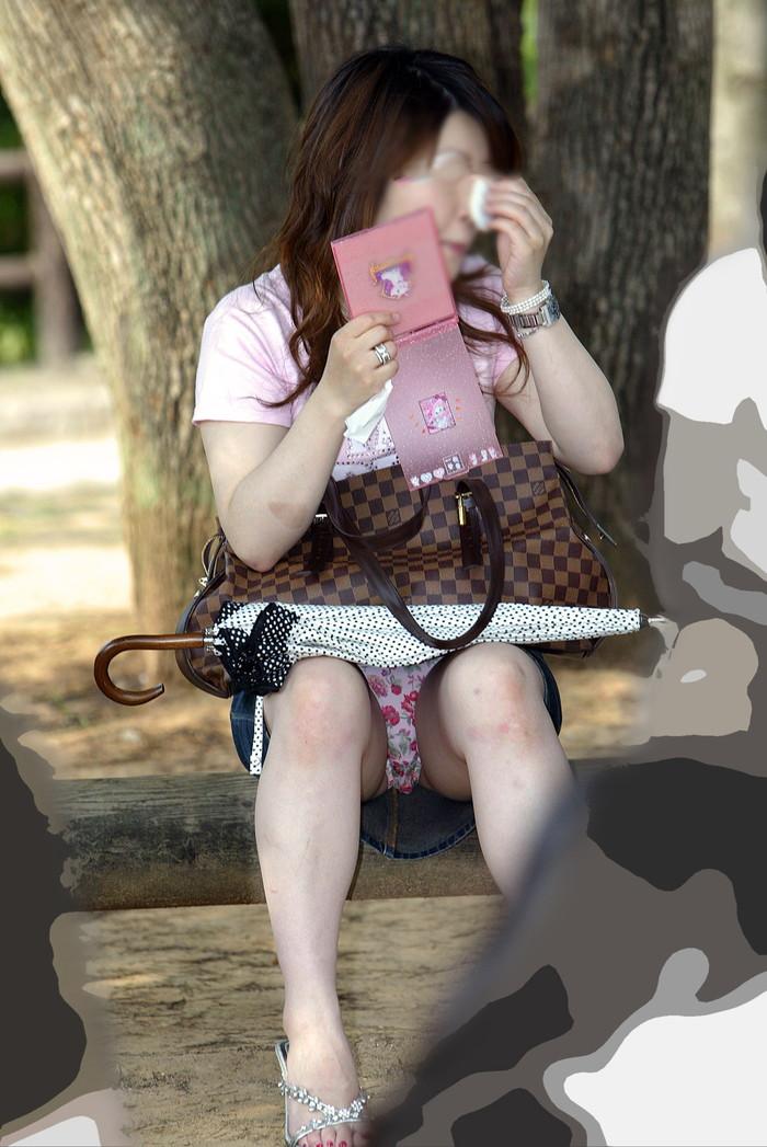 【街撮りパンチラエロ画像】これが見たかった!素人娘たちの生々しいパンチラ特集 15