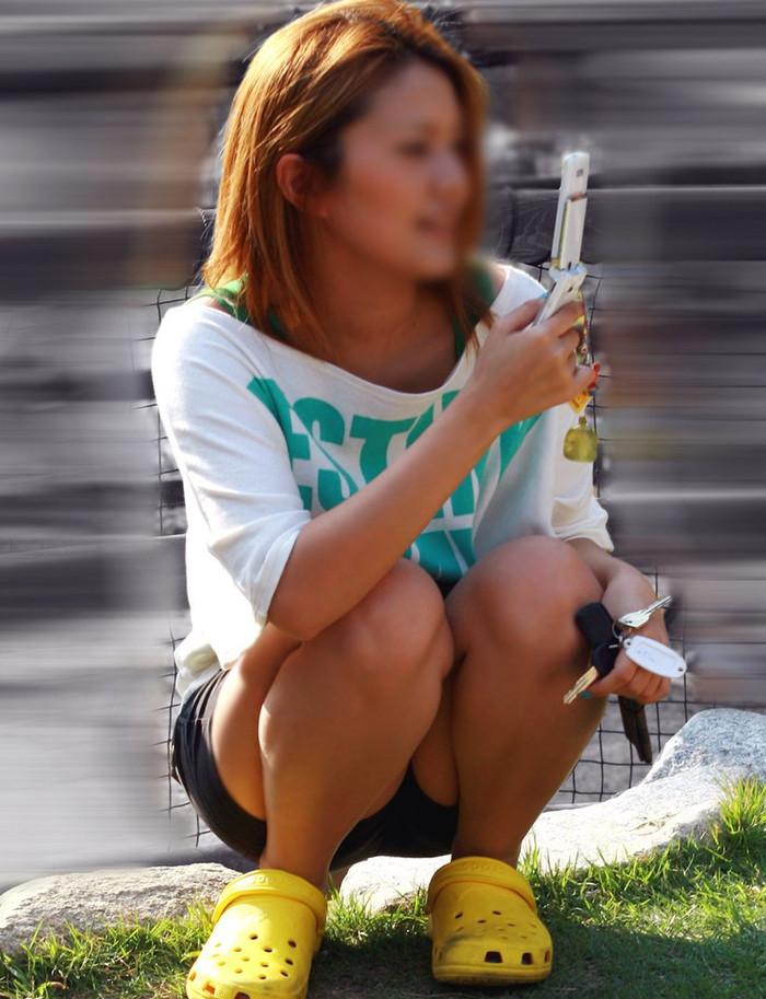 【街撮りパンチラエロ画像】これが見たかった!素人娘たちの生々しいパンチラ特集 18