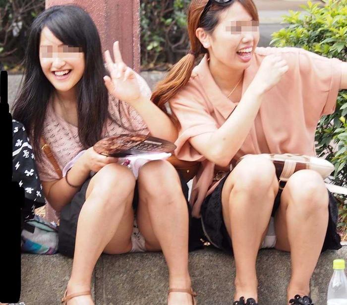 【街撮りパンチラエロ画像】これが見たかった!素人娘たちの生々しいパンチラ特集 26