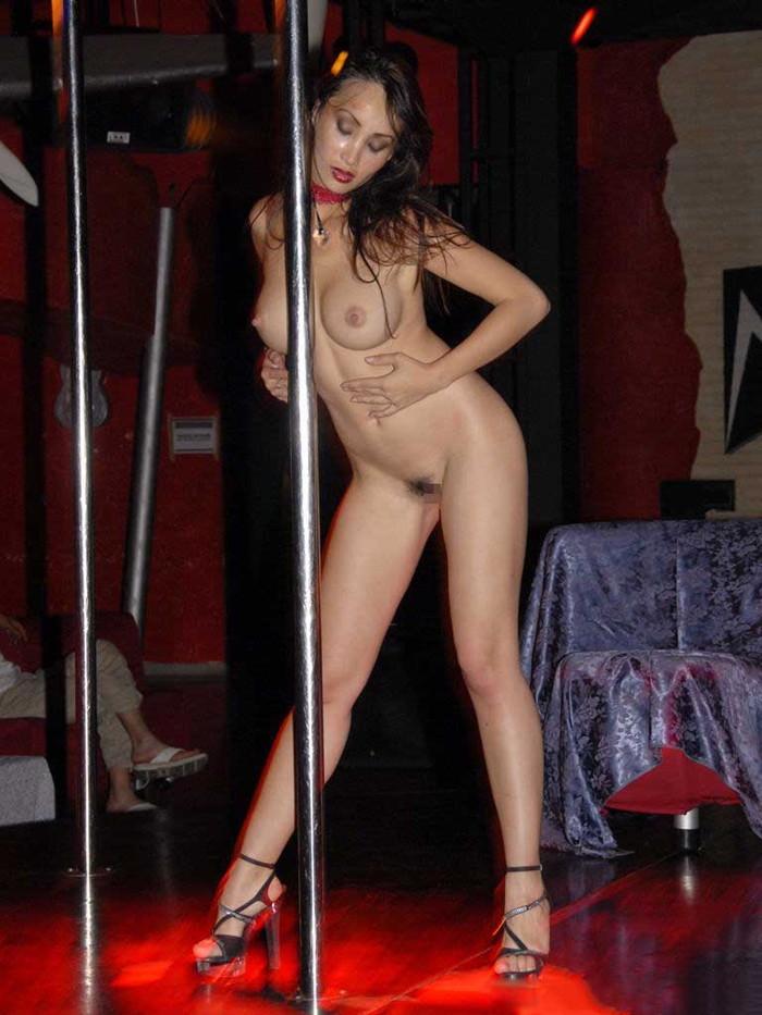 【海外ストリッパーエロ画像】大胆に観衆の前で全裸になる海外ストリッパー! 01