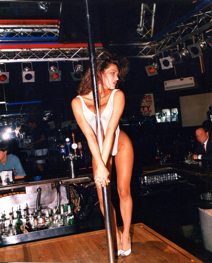【海外ストリッパーエロ画像】大胆に観衆の前で全裸になる海外ストリッパー! 09