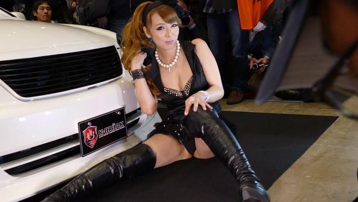【オートサロンエロ画像】オートサロンで見つけたエロ衣装のキャンギャルにフル勃起!