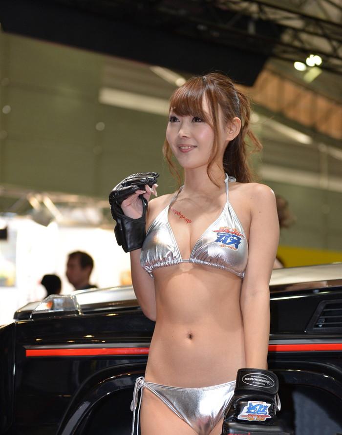 【オートサロンエロ画像】オートサロンで見つけたエロ衣装のキャンギャルにフル勃起! 05
