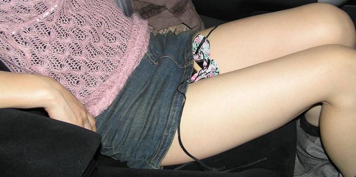 【車内露出エロ画像】車の中で卑猥な姿を晒す女たちエロ杉ワロタwww 17