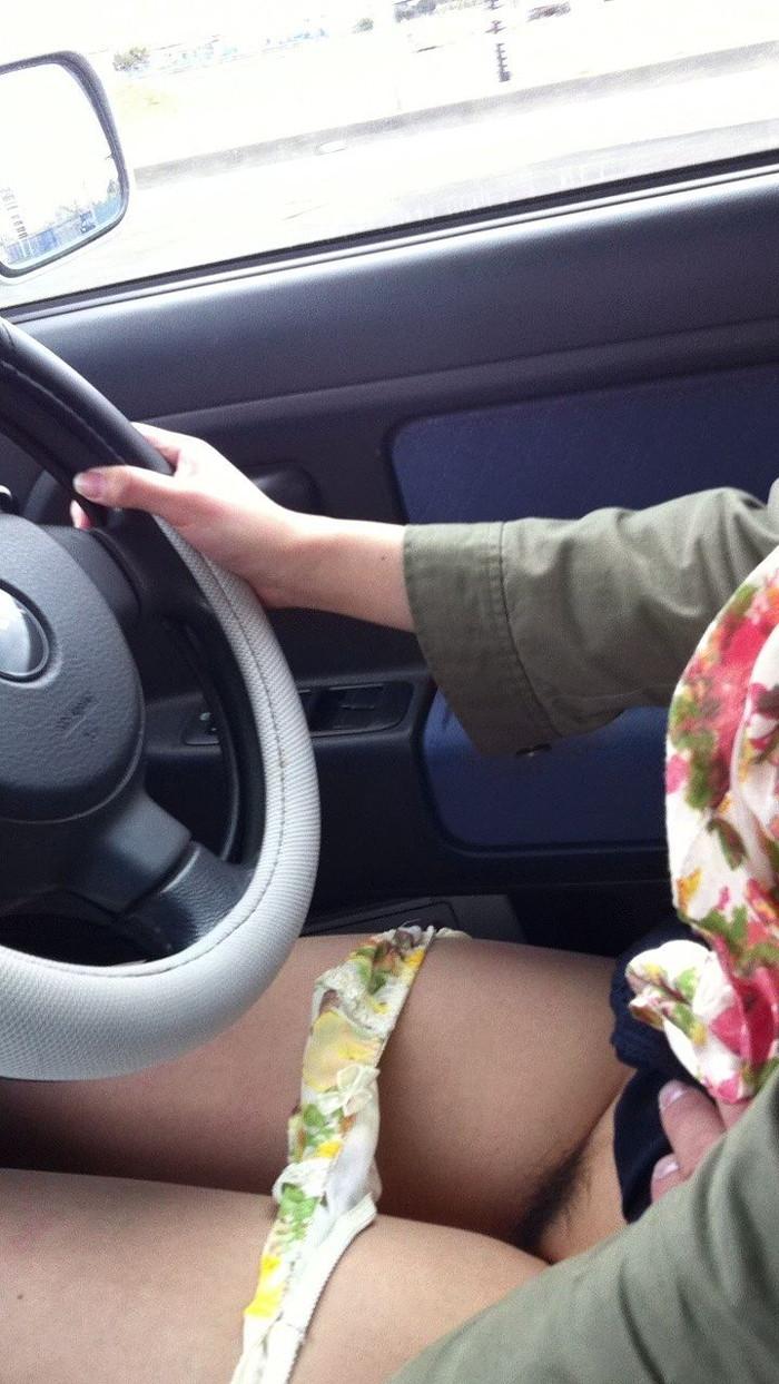 【車内露出エロ画像】車の中で卑猥な姿を晒す女たちエロ杉ワロタwww 18