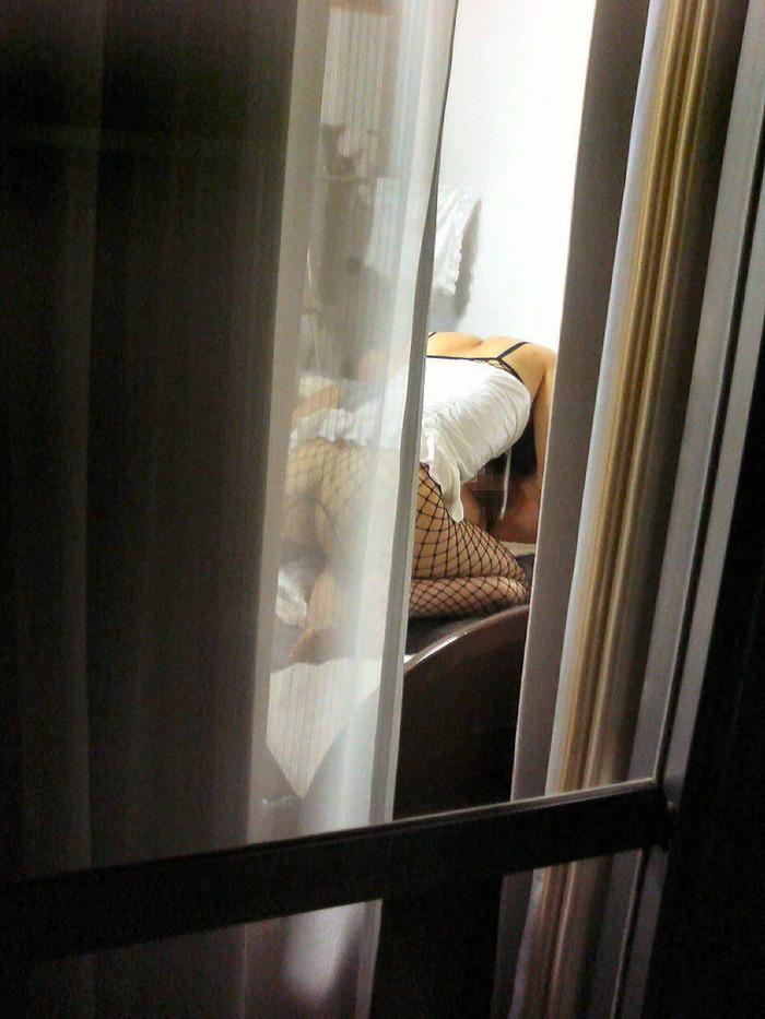 【民家盗撮エロ画像】民家をカメラで狙ってみたらラッキーな光景に出会えたw 03