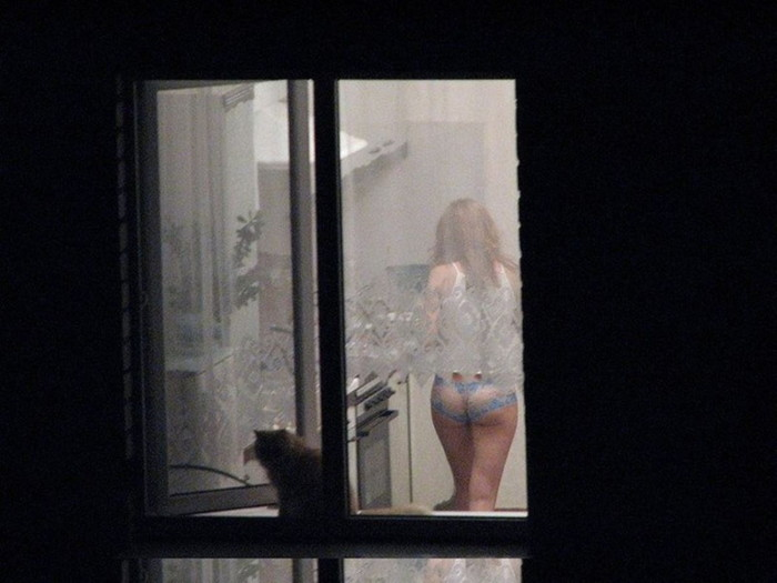 【民家盗撮エロ画像】民家をカメラで狙ってみたらラッキーな光景に出会えたw 04