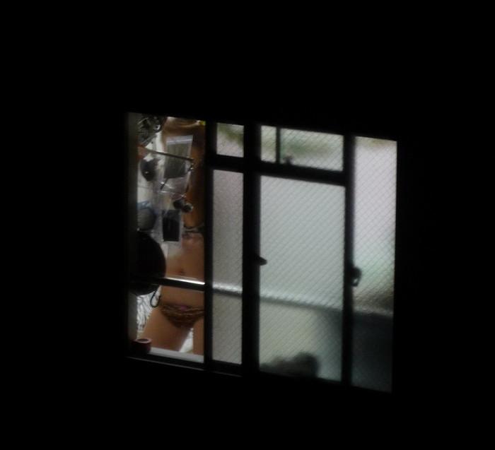 【民家盗撮エロ画像】民家をカメラで狙ってみたらラッキーな光景に出会えたw 05