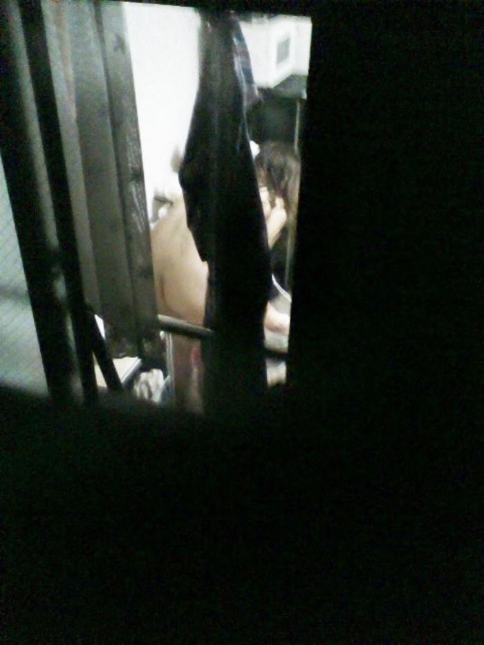 【民家盗撮エロ画像】民家をカメラで狙ってみたらラッキーな光景に出会えたw 08