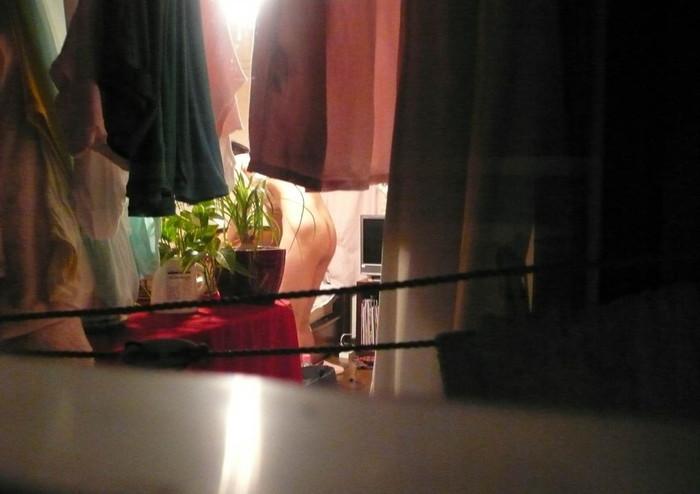 【民家盗撮エロ画像】民家をカメラで狙ってみたらラッキーな光景に出会えたw 10