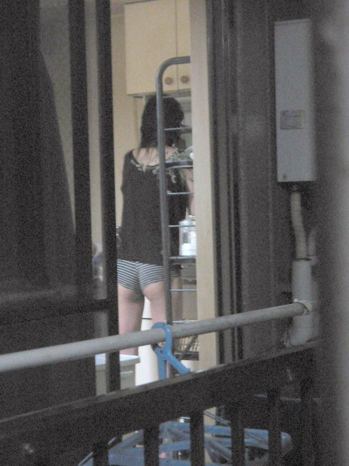 【民家盗撮エロ画像】民家をカメラで狙ってみたらラッキーな光景に出会えたw 13
