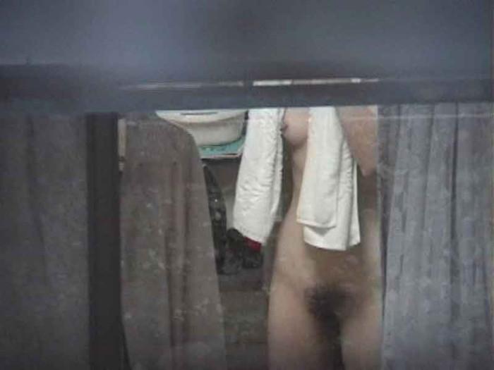 【民家盗撮エロ画像】民家をカメラで狙ってみたらラッキーな光景に出会えたw 16