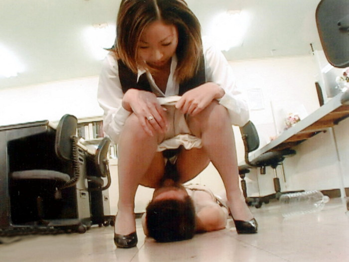 【顔面騎乗エロ画像】股間に感じる男の顔、舌の感触にイカされそう! 25