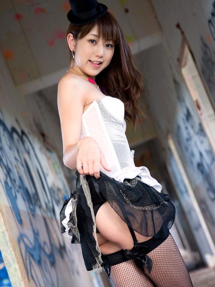 【セルフパンチラエロ画像】自らスカートをたくし上げてパンチラを見せる女エロ杉w 01