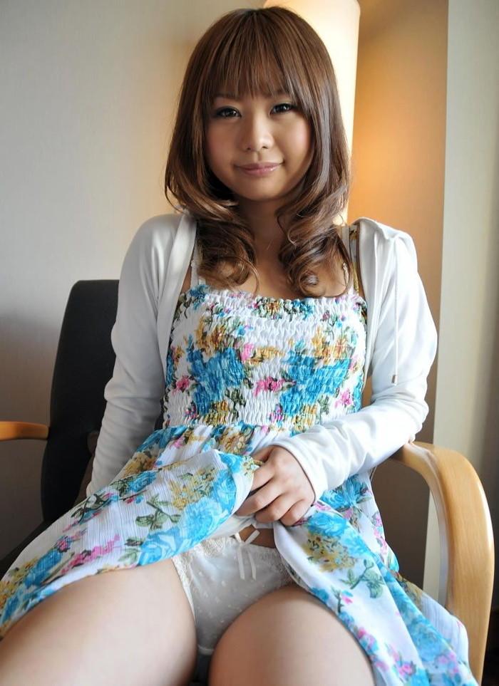 【セルフパンチラエロ画像】自らスカートをたくし上げてパンチラを見せる女エロ杉w 05