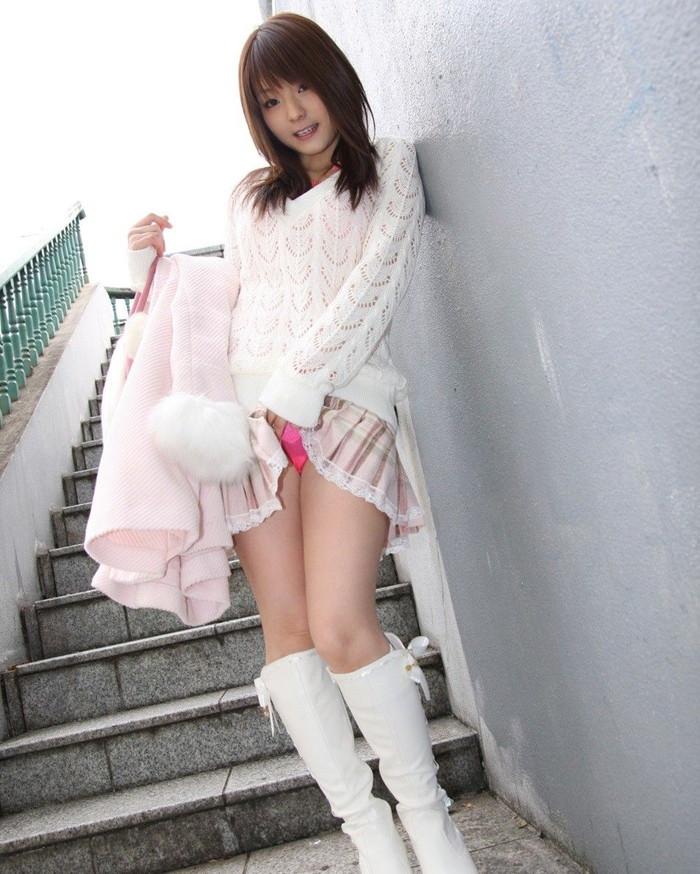 【セルフパンチラエロ画像】自らスカートをたくし上げてパンチラを見せる女エロ杉w 10