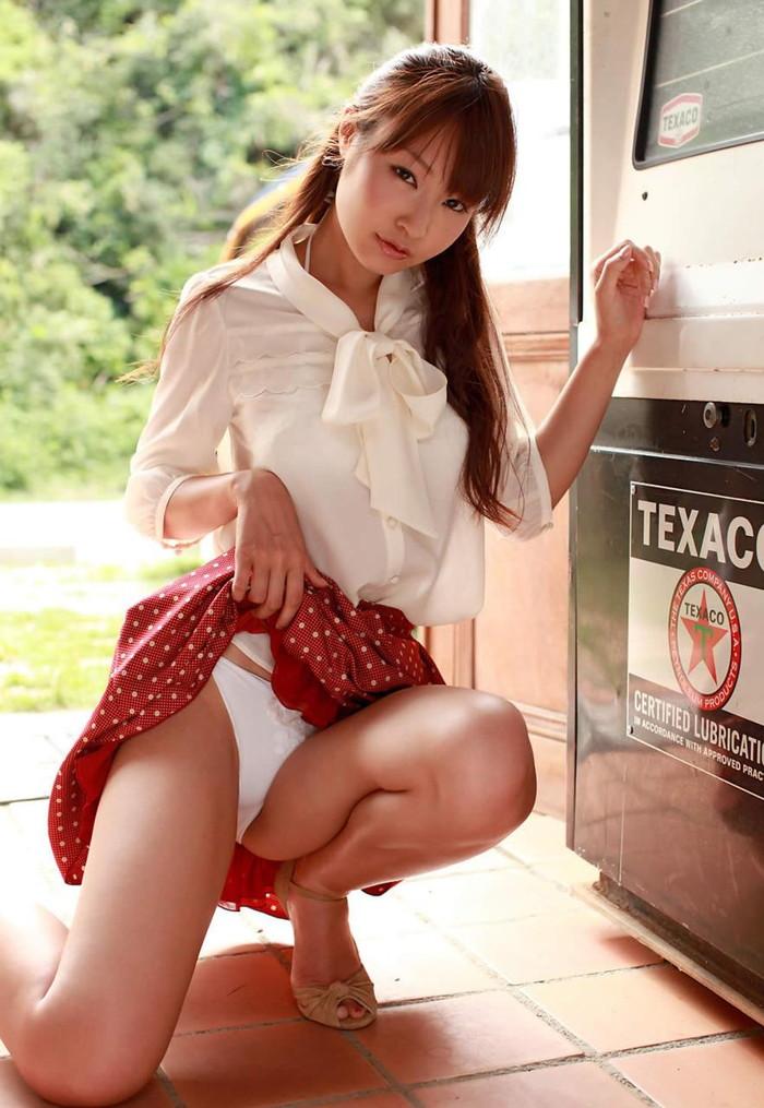 【セルフパンチラエロ画像】自らスカートをたくし上げてパンチラを見せる女エロ杉w 16