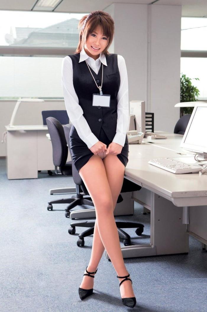 【セルフパンチラエロ画像】自らスカートをたくし上げてパンチラを見せる女エロ杉w 20