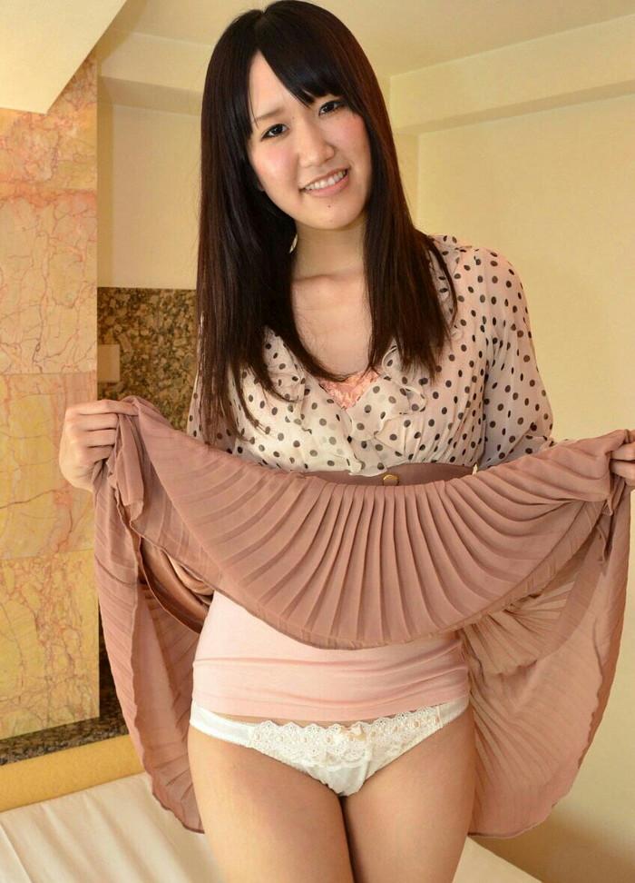 【セルフパンチラエロ画像】自らスカートをたくし上げてパンチラを見せる女エロ杉w 25