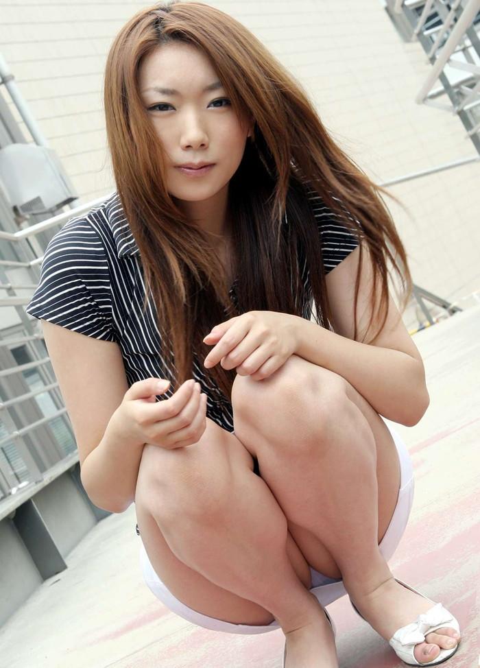 【しゃがみパンチラエロ画像】しゃがみ込んだ女の子の股間が丸見えだぜwww 01