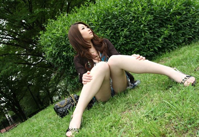【しゃがみパンチラエロ画像】しゃがみ込んだ女の子の股間が丸見えだぜwww 02