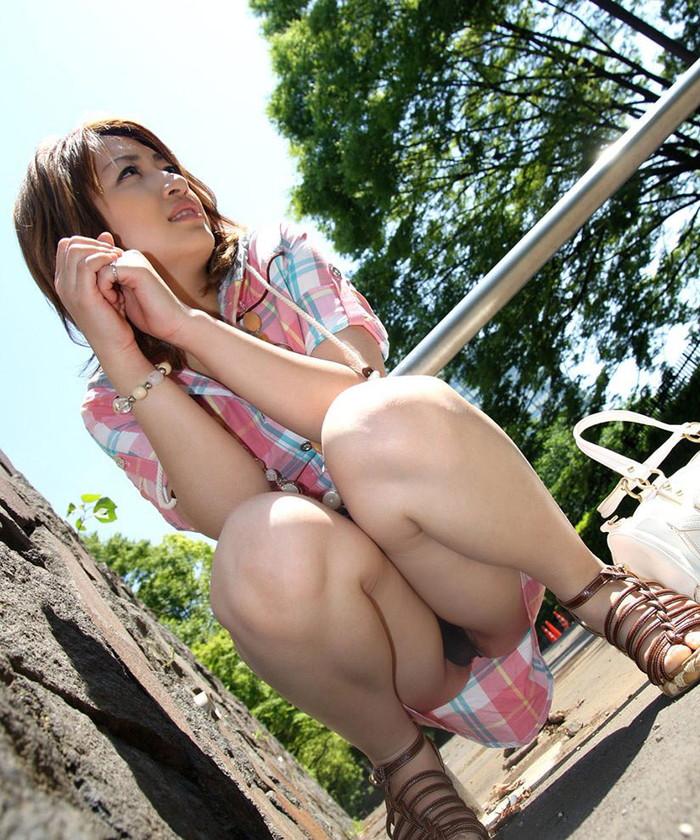 【しゃがみパンチラエロ画像】しゃがみ込んだ女の子の股間が丸見えだぜwww 19
