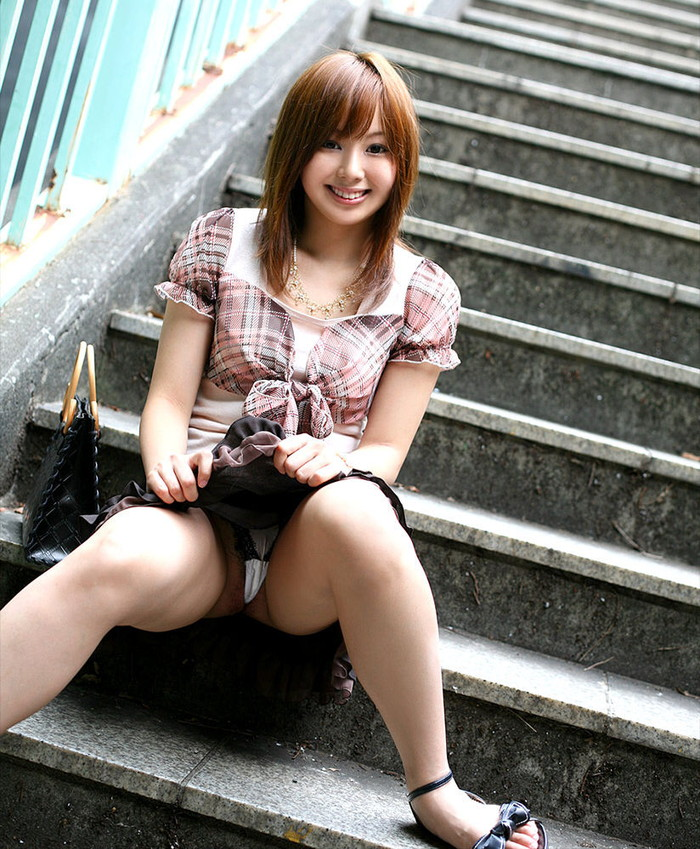 【しゃがみパンチラエロ画像】しゃがみ込んだ女の子の股間が丸見えだぜwww 20