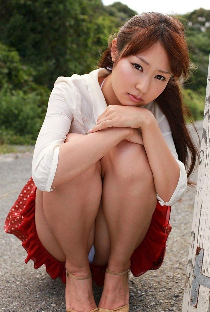 【しゃがみパンチラエロ画像】しゃがみ込んだ女の子の股間が丸見えだぜwww 23