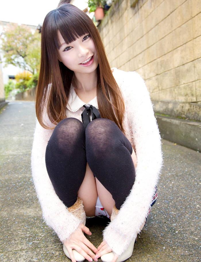 【しゃがみパンチラエロ画像】しゃがみ込んだ女の子の股間が丸見えだぜwww 24