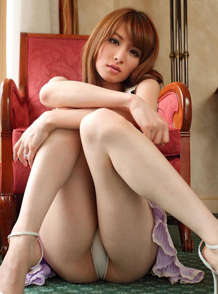 【しゃがみパンチラエロ画像】しゃがみ込んだ女の子の股間が丸見えだぜwww 25