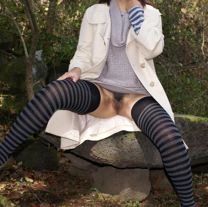 【素人野外露出エロ画像】どんどん過激さを増す素人娘たちの野外露出プレイ! 11