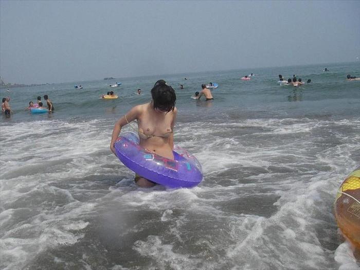 【水着ハプニングエロ画像】神のイタズラか!?水着美女に降りかかったエロすぎるハプニング! 10