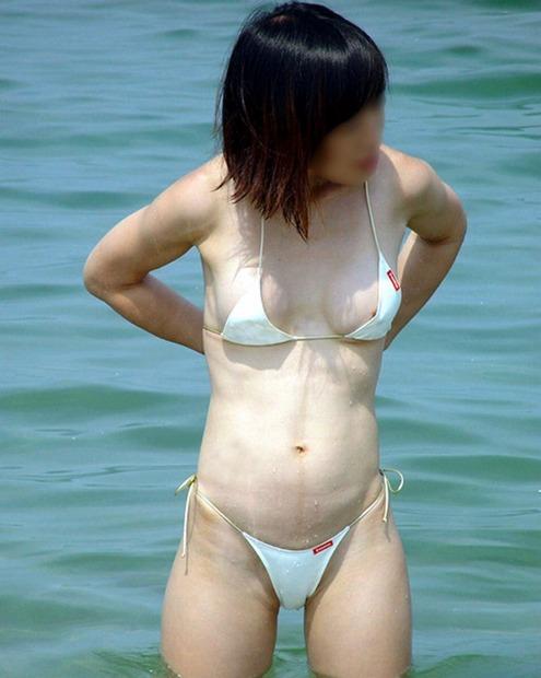【水着ハプニングエロ画像】神のイタズラか!?水着美女に降りかかったエロすぎるハプニング! 16