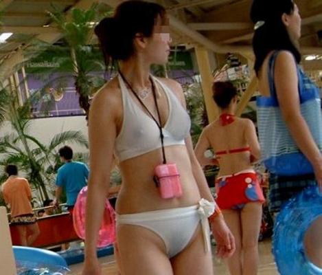 【水着ハプニングエロ画像】神のイタズラか!?水着美女に降りかかったエロすぎるハプニング! 26