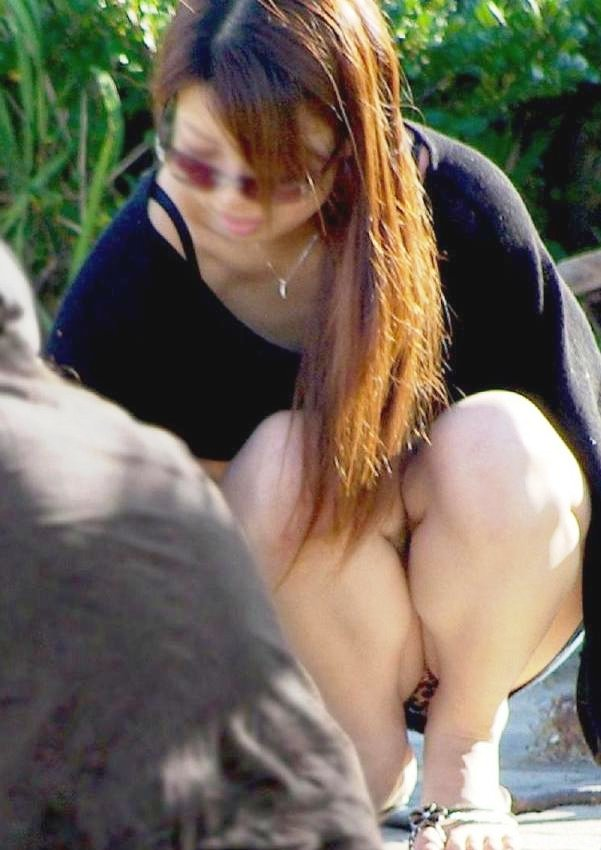 【街撮りパンチラエロ画像】街中で見かけたパンチラ娘にフル勃起必至! 05